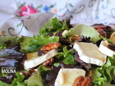Ensalada de queso de cabra, bacon, frutos secos, vinagreta de mostaza y miel en Restaurante Molina