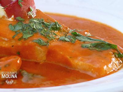 Salmón en su jugo con salsa de pimientos del piquillo en Restaurante Molina